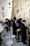 Ono modli się w Zachodniej ścianie Zdjęcia Royalty Free