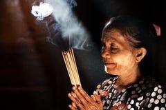 Ono modli się z kadzidłowymi kijami Zdjęcie Royalty Free
