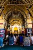 Ono modli się przy Mahamuni Paya Obraz Stock