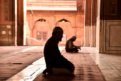 Ono modli się w meczecie Obraz Royalty Free