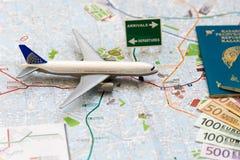 Ono potyka się Italiyu- paszport, hebluje, i mapa Mediolan fotografia stock