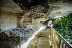 Ono potyka się na Bułgaria z wizytą skalisty monaster zdjęcia stock