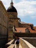 Ono potyka się wokoło ścian otacza starego miasteczko Dubrovnik obraz royalty free