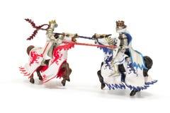 Ono potyka się zabawkarscy średniowieczni rycerze pojedynczy białe tło obraz stock