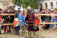 Ono potyka się zwalcza festiwal średniowieczna kultury placówka 2016 w Kamenetz-Podolsk Zdjęcia Royalty Free