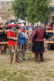 Ono potyka się zwalcza festiwal średniowieczna kultury placówka 2016 w Kamenetz-Podolsk Fotografia Royalty Free