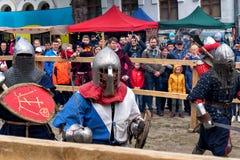 Ono potyka się zwalcza festiwal średniowieczna kultury placówka 2016 w Kamenetz-Podolsk Zdjęcia Stock