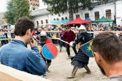 Ono potyka się zwalcza festiwal średniowieczna kultury placówka 2016 w Kamenetz-Podolsk Zdjęcie Royalty Free