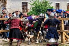 Ono potyka się zwalcza festiwal średniowieczna kultury placówka 2016 w Kamenetz-Podolsk Obrazy Royalty Free