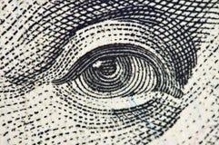 Ono przygląda się na banknocie dolarowy usa, Makro- Zdjęcia Stock