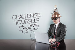 Ono rzuca wyzwanie tekst z rocznika biznesmenem używać laptop zdjęcia royalty free