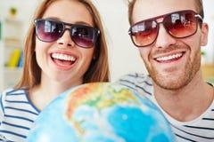 Ono uśmiecha się datuje w okularach przeciwsłonecznych Zdjęcie Royalty Free