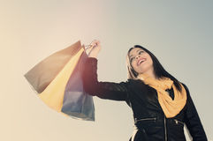 Ono uśmiecha się dla szalonego dla robić zakupy stosować filtrowego instagram styl Obraz Royalty Free