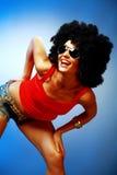 Ono uśmiecha się garbnikująca kobieta z afro włosiany pozować Fotografia Royalty Free