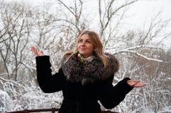 Ono uśmiecha się, radosna młoda kobieta w zimie w parku Blondynka w zima żakieta odprowadzeniu w parku Fotografia Royalty Free