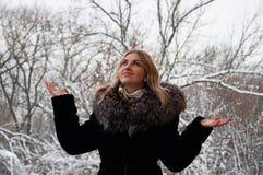 Ono uśmiecha się, radosna młoda kobieta w zimie w parku Blondynka w zima żakieta odprowadzeniu w parku Zdjęcia Royalty Free