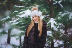 Ono uśmiecha się, szczęśliwy młodej dziewczyny odprowadzenie w zima lesie Obrazy Stock