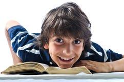 Ono uśmiecha się, szczęśliwy uczeń na książce, odizolowywającej obrazy royalty free