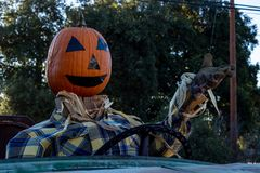 Ono uśmiecha się, szczęśliwy, witający, zabawy bani głowy życzliwy strach na wróble jedzie starą ciężarówkę Halloween żniwa przyj obrazy stock