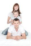 Ono uśmiecha się wychowywa z małym syna lying on the beach na białym tle Zdjęcie Royalty Free