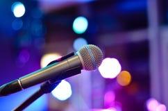 Ono uczy Dlaczego Śpiewać przy mikrofonem fotografia stock