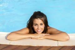 Ono uśmiecha się w pływackim basenie Obraz Stock