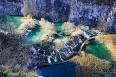 Ono wpatruje się w dół przy siklawami Plitvice jeziora Obrazy Stock