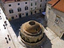 Onofrio喷泉在被围住的市Dubrovnic在克罗地亚欧洲 杜布罗夫尼克起绰号亚得里亚的`珍珠 免版税库存照片