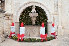Onofrio Fountain pequeno decorado com grinaldas e velas do advento em Dubrovnik Imagens de Stock