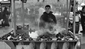 Onontbeerlijk voor Istanboel geroosterde kastanjes Kastanjeverkoper van Stock Foto
