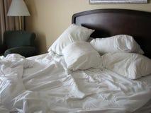 Onopgemaakt bed stock fotografie
