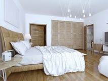 Onopgemaakt bed in minimalistische slaapkamer Stock Fotografie