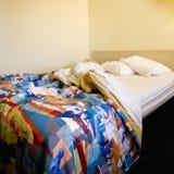Onopgemaakt bed in ruimte. royalty-vrije stock foto