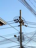 Onordelijke elektriciteitslijnen royalty-vrije stock foto's