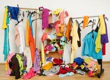 Onordelijke volgestopte vrouwengarderobe met kleurrijke kleren en toebehoren stock fotografie