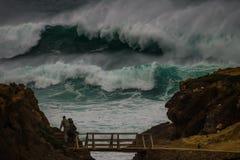 Onormal våg på kustlinjen i Portugal royaltyfri fotografi