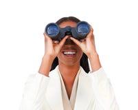 Onrealistische onderneemster die door verrekijkers kijkt royalty-vrije stock foto's