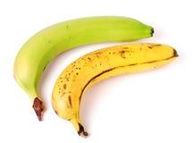 Onrijpe en overrijpe die bananen op witte achtergrond worden geïsoleerd Stock Fotografie