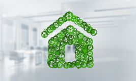Onroerende goederen of bouwidee door huispictogram wordt voorgesteld op witte bureauachtergrond die Stock Afbeeldingen