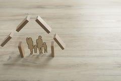 Onroerende goederenconcept met verwijderd van een familie binnen de vorm Royalty-vrije Stock Foto