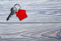 Onroerende goederenconcept, Sleutelring en sleutels op houten achtergrond royalty-vrije stock afbeeldingen