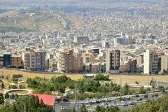 Onroerende goederenontwikkeling in Iraanse de stadshorizon van Karaj royalty-vrije stock foto's