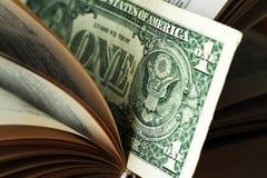Ons dollar binnen boek Pen, oogglazen en grafieken Royalty-vrije Stock Afbeeldingen