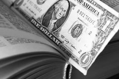 Ons dollar binnen boek Pen, oogglazen en grafieken Stock Afbeelding