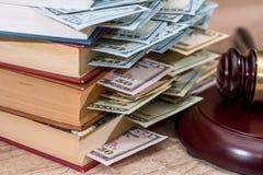 Ons dollar, houten hamer en boek Stock Foto's
