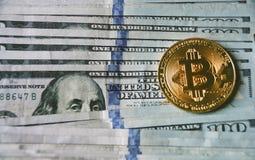 Ons dollarrekeningen, bitcoin en Lincoln Royalty-vrije Stock Afbeeldingen