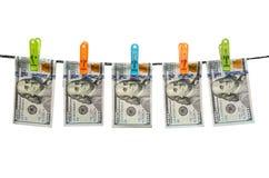 Ons dollars drogen op koord op witte achtergrond wordt geïsoleerd die Royalty-vrije Stock Foto
