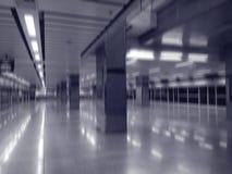 Onscherp abstract binnenland van lege donkere metropost Royalty-vrije Stock Afbeeldingen