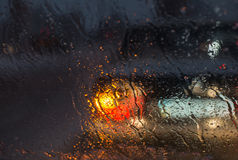 Onscherp die autosilhouet door gesmolten sneeuw en waterdalingen wordt gezien Stock Afbeelding
