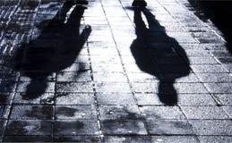 Onscherp schaduw en silhouet van twee mensen die zich in de nacht bevinden royalty-vrije stock foto